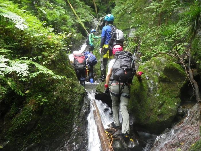 小さな滝を乗り越え進みます