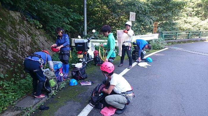 今回は白谷沢の沢登り、登山口にて装備を準備