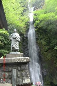 お万の方像と白糸の滝