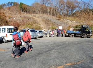 147本を植え終わって高篠峠に集合です。秩父アルパインクラブの方が豚汁をごち沿いしてくれました。