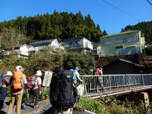 ここだ、ここだ。萩の平登山口から入山です。