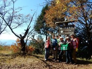 山頂には大勢の登山者が・・・。 急いで記念撮影です。